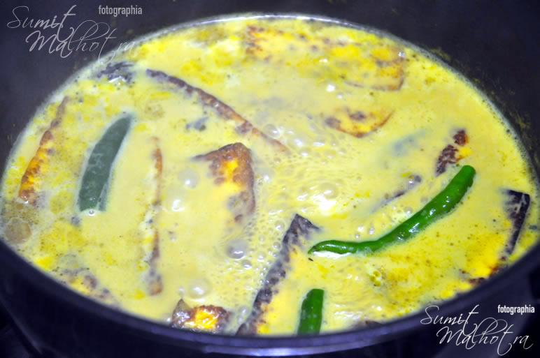 Add milk and remaining choti ilaichi (green cardamom). Bring to a boil.