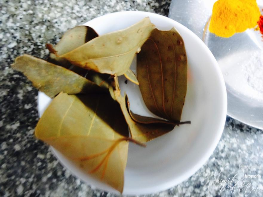 Four dried bay leaves