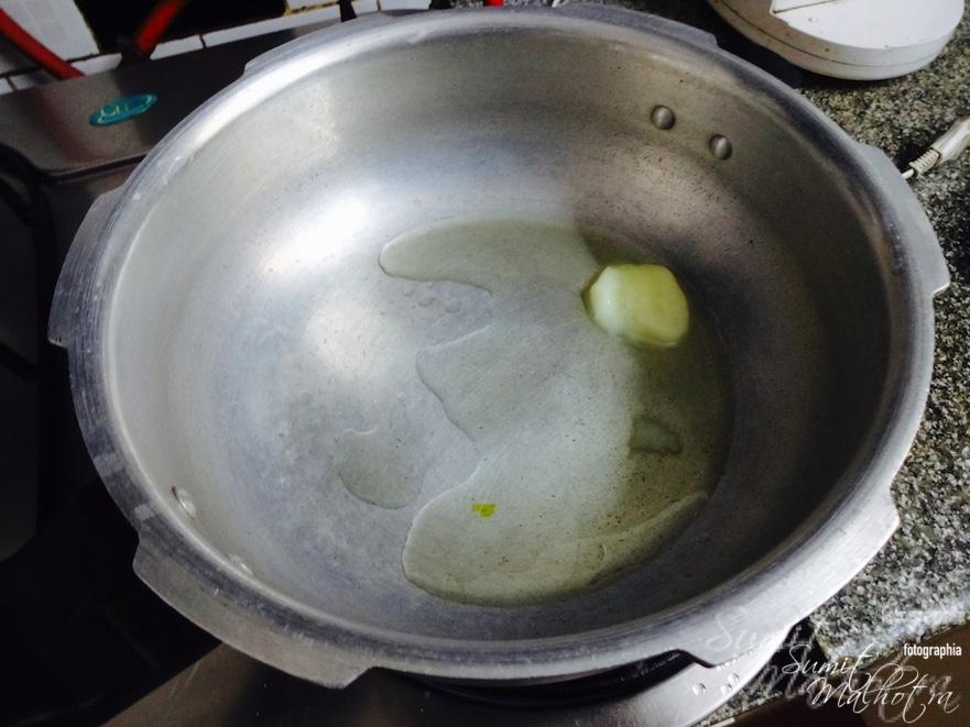 Take a tablespoon of ghee in a flat bottomed pan or pressure cooker