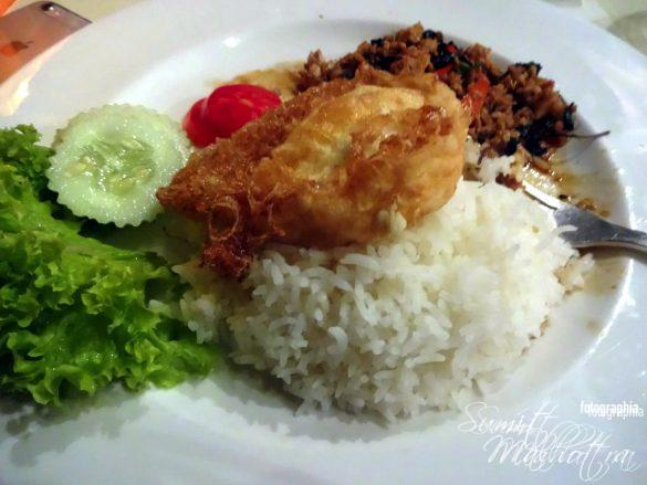 Fried Chicken with Basil and Chilli topped on Rice