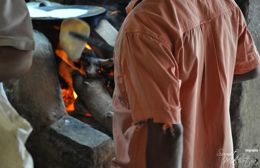 Chulhe Wali Roti's being baked at Panditji ka Dhaba (Pandit Vaishno Dhaba), Sadar Bazaar, Gurgaon