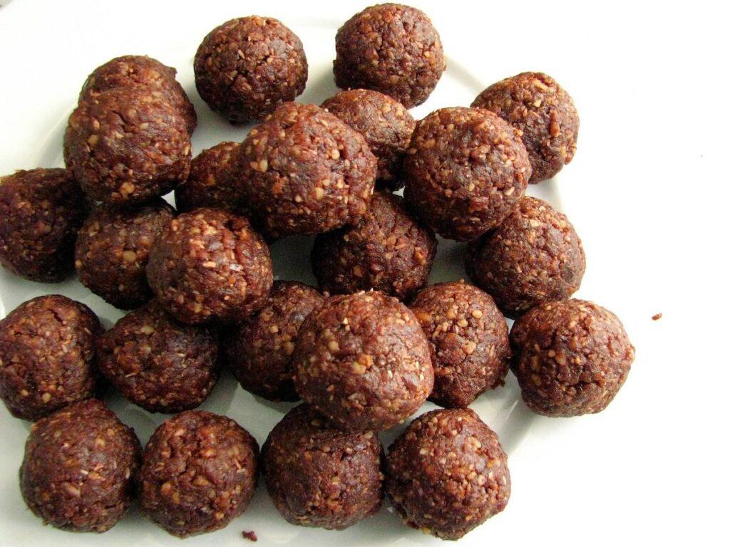 Date balls - vegan & super healthy with instant energy aka khajoor laddu, khajur ladoo, dates laddu